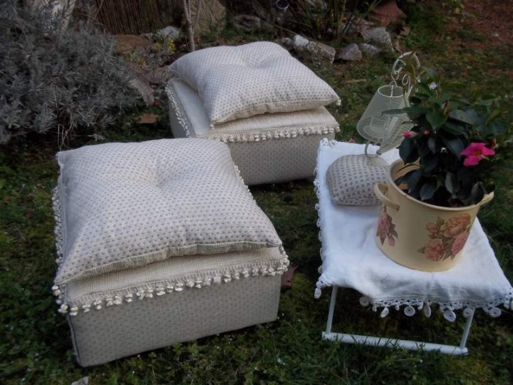 Perfect coppia di panchetti ecru rifiniti con pregiate in for Cuscini shabby chic fai da te